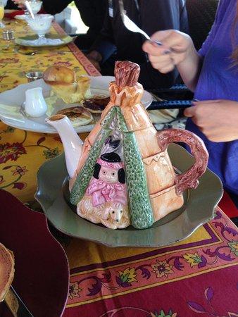 Gite a la Vieille Ecole: teapot at breakfast