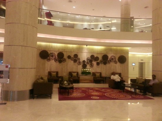 Courtyard by Marriott Mumbai International Airport: View of the hotel lobby