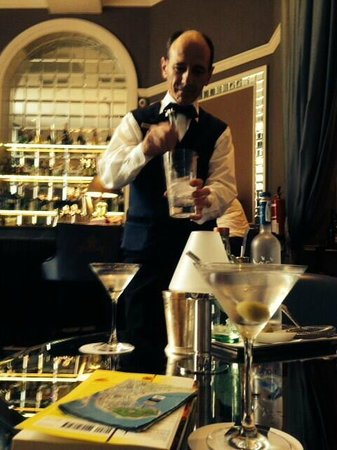 Hotel Maria Cristina, a Luxury Collection Hotel, San Sebastian : Barman Alejandro in Bette Davis bar