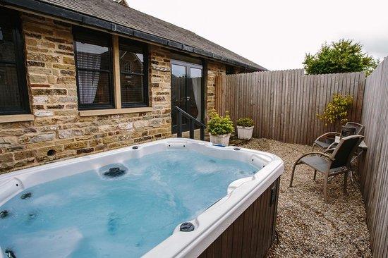 Yorebridge House: St Jean hot tub