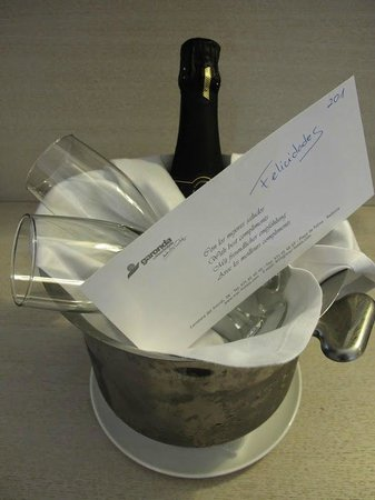 Hotel Pure Salt Garonda: Complimentary champagne for our honeymoon