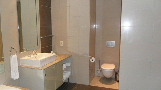 Cape Royale Luxury Hotel : Bathroom in master bedroom