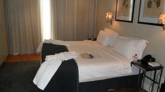 Cape Royale Luxury Hotel: Bed in master bedroom