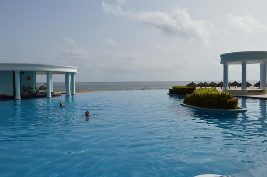 Iberostar Rose Hall Suites : infinity pool with swim up bar