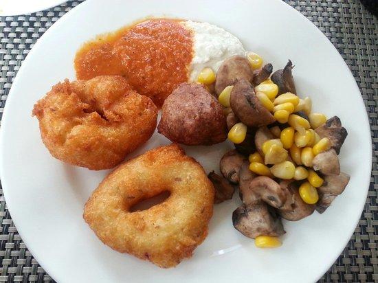 Courtyard by Marriott Mumbai International Airport: My Indian breakfast ... love the vadal