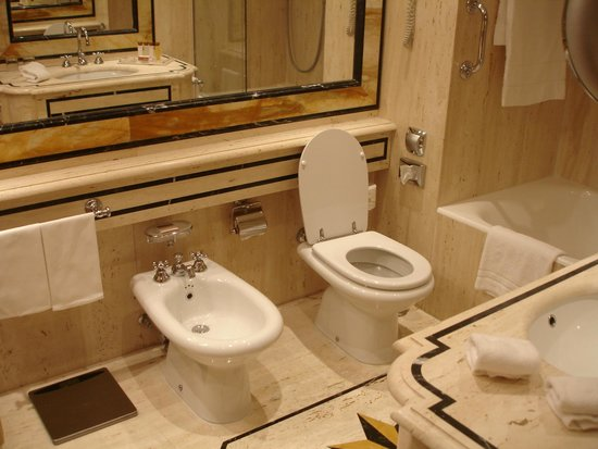 Rome Cavalieri, Waldorf Astoria Hotels & Resorts : bathroom
