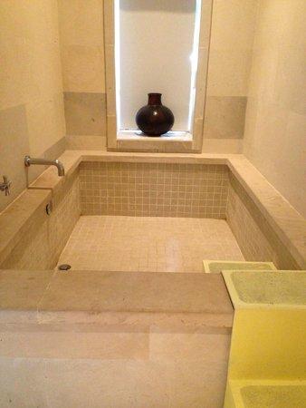 Sudamala Suites & Villas Senggigi: Bathtub