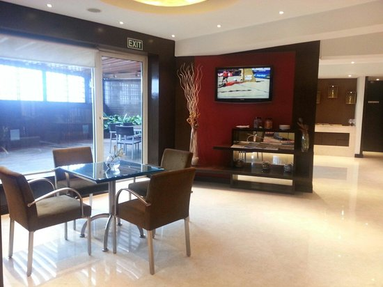 Courtyard by Marriott Mumbai International Airport: Another view of the executive lounge