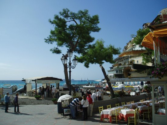 Le Tre Sorelle : ビーチ正面、昼間なら絶景のレストラン