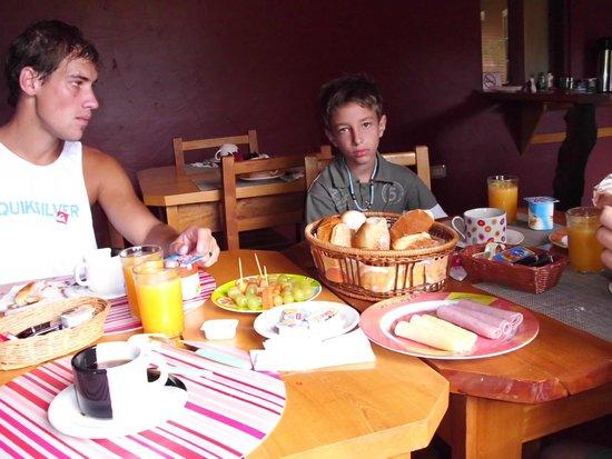 Posada 21 Oranges: Matias y Gaston desayunando en Rio Tropic