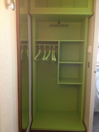 Campanile Chalon-Sur-Saone : Spacious and organized closet
