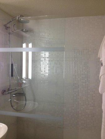 Campanile Chalon-Sur-Saone : Nice, roomy bathroom