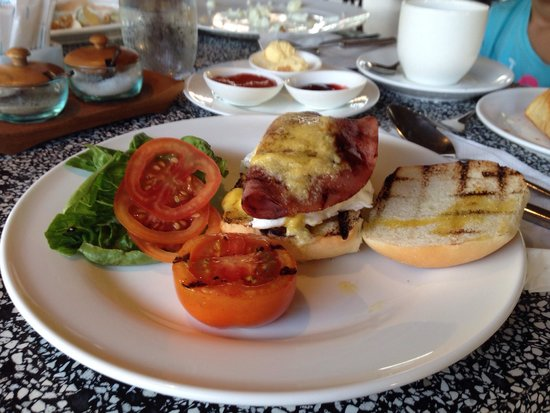 Sudamala Suites & Villas Senggigi: Yummy egg Benedict for breakfast