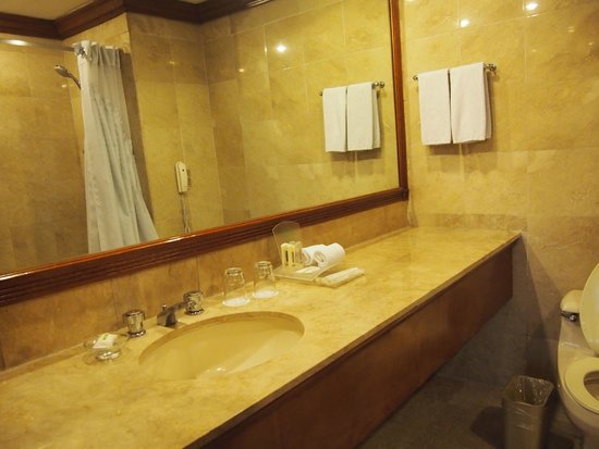 Holiday Inn Manila Galleria: Spacious bathroom