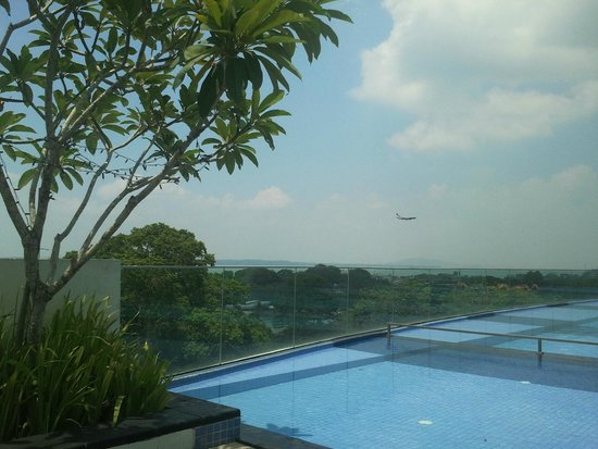 Village Hotel Changi by Far East Hospitality: Breath taking roof top views to the sea, see the plane!