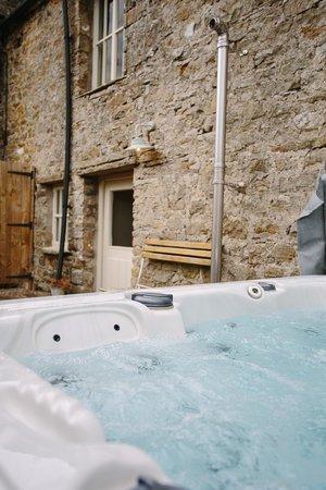 Yorebridge House: The Barn hot tub