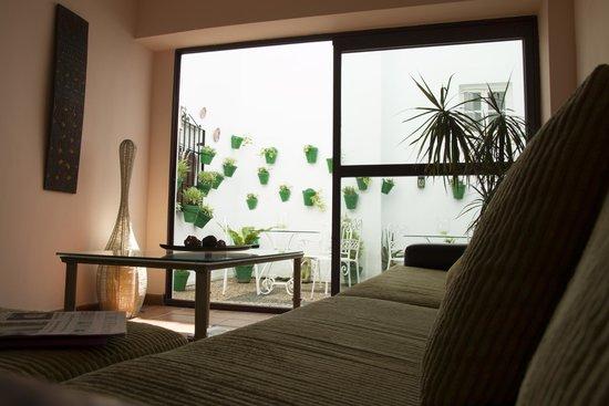 Hospederia Luis de Gongora: sala de estar-patio