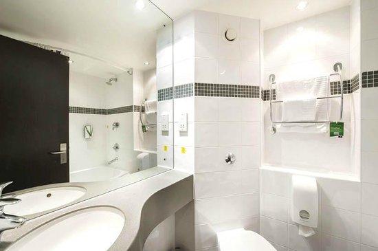 Premier Inn Luton Town Centre Hotel: Bathroom
