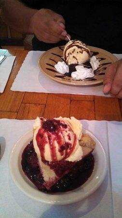 Copper Creek Inn Restaurant: Blackberry pie and a brownie sundae!