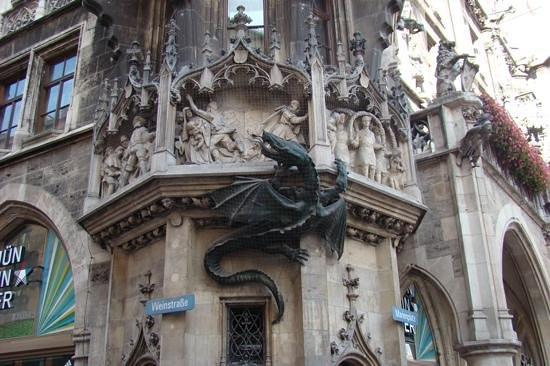 "Marienplatz: Detalle del ""Dragon"" trepando el Neu Rathaus"