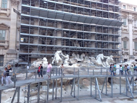 Trevi-Brunnen (Fontana di Trevi): So sad to see it like this