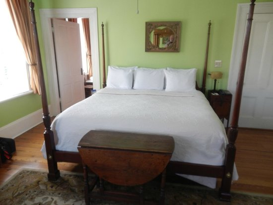 The Gastonian - A Boutique Inn: Bed in Pulaski room