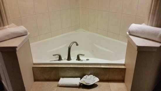 Hampton Inn Biloxi: Jacuzzi in King Suite