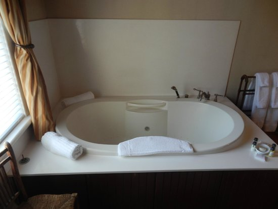 The Gastonian - A Boutique Inn: Large Tub in Pulaski room