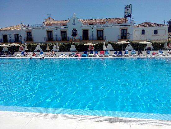 Globales Pueblo Andaluz : nos gusto la piscina...hasta hice aquagym!