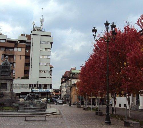 Hotel Selide: L'hotel è la costruzione grigio chiaro, vista da un lato della piazza.