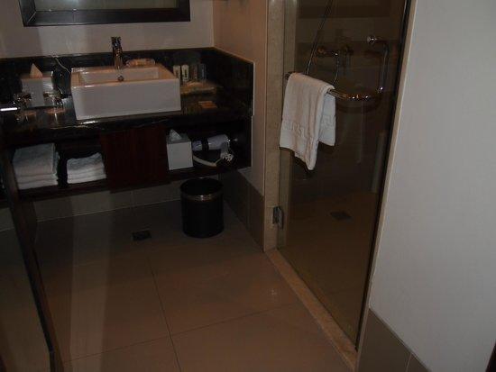 Holiday Inn & Suites Makati: Bathroom