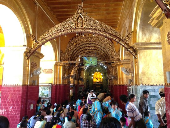Mahamuni Pagoda: The mass praying platform in front of the main statue