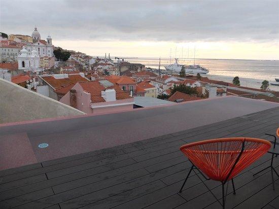 Memmo Alfama Hotel: Vue de l'hôtel sur les toits de la vieille ville
