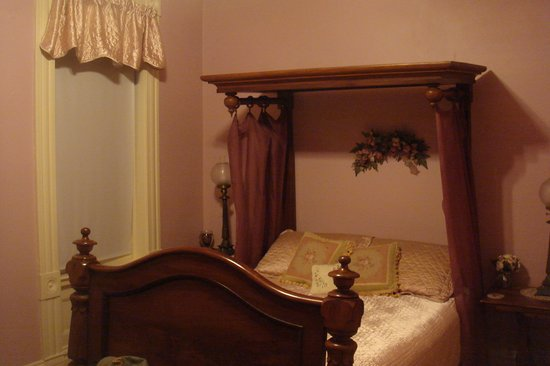Heritage Lodging Bed and Breakfast: Rose Bedroom