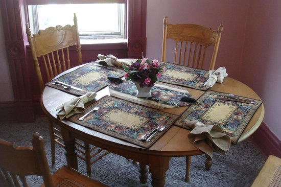 Heritage Lodging Bed and Breakfast: breakfast table