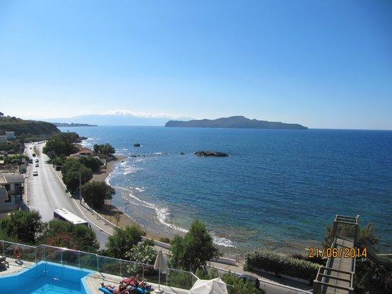 Panorama Hotel - Chania : Fra poolen mod strand og hav