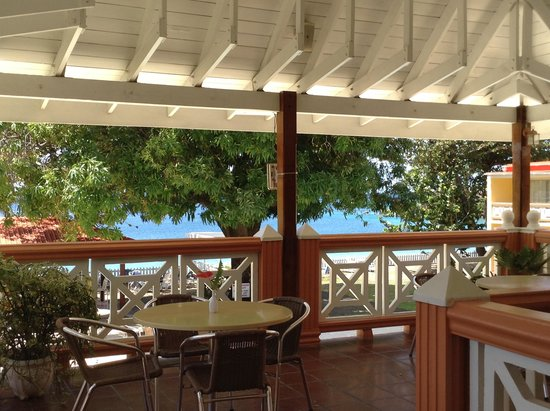 Sunset Shores Beach Hotel Restaurant: lunch on the terrace overlooking pool and sea