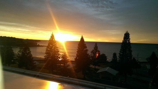 Crowne Plaza Hotel Coogee Beach - Sydney: The beautiful sunrise I saw from near the pool