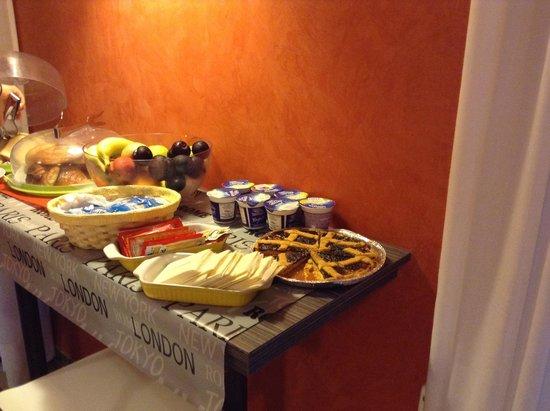Santa Maria Inn : One of the breakfast buffet tables