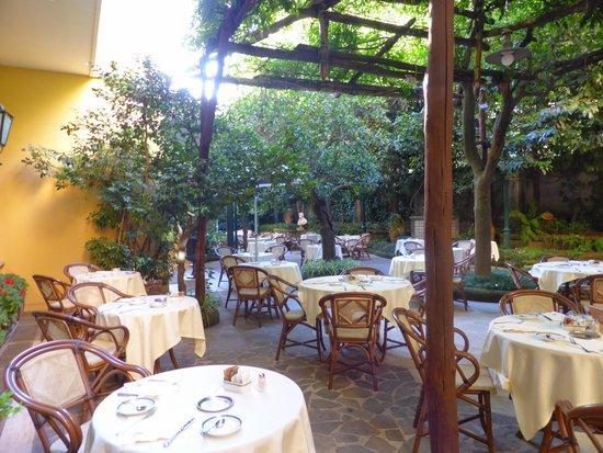 Grand Hotel De La Ville Sorrento: breakfast outside