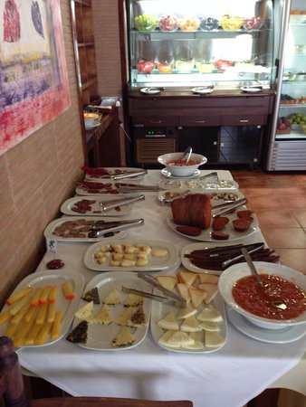 Hotel Entre Pinos: Colazione incredibile formaggi e frutta fresca di ogni tipo