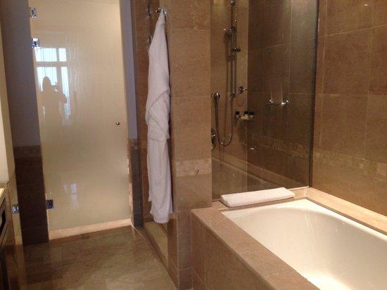 Grand Hyatt Doha Hotel & Villas : Grand Hyatt Doha - spacious bathroom