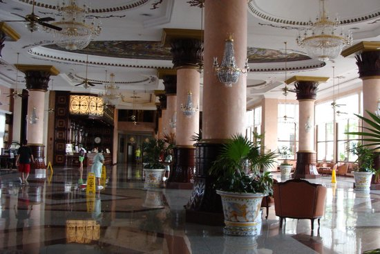 Hotel Riu Palace Las Americas: Early morning scene. Housekeeping team keep this area safe for walking and spotless