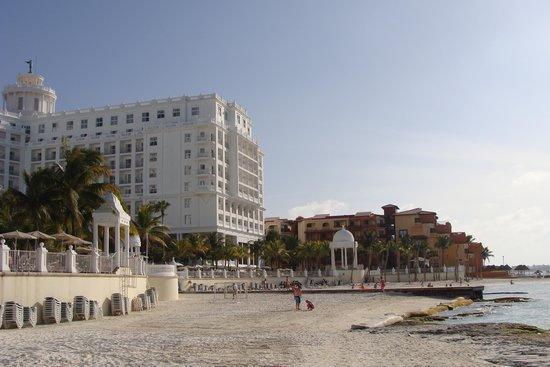 Hotel Riu Palace Las Americas: Early morning beach scene.