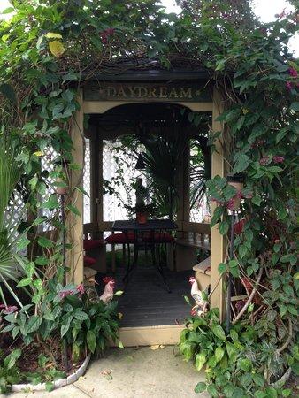 Maison en Ville : Daydream Gazebo in backyard