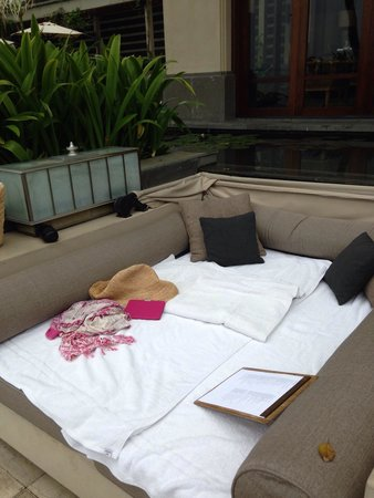 Four Seasons Resort Bali at Jimbaran Bay : Comfy beds by the pool, didn't move for HOURS
