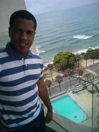 Crowne Plaza Santo Domingo: Mi esposo en uno de los balcones
