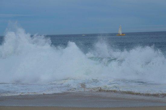 Sandos Finisterra Los Cabos: Breathtaking waves on beach