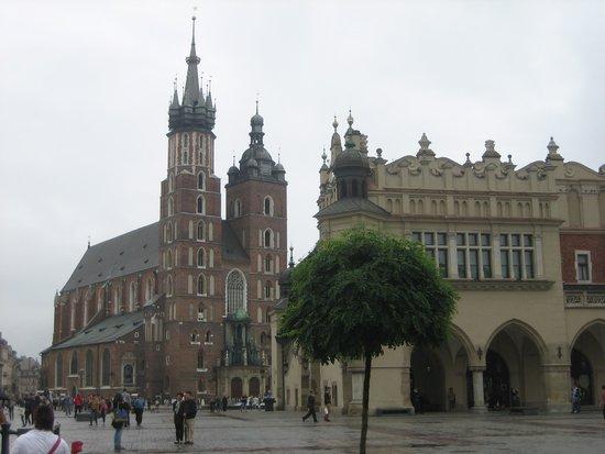 Cracovie : Mariakirken og markedshallen i Krakows centrum