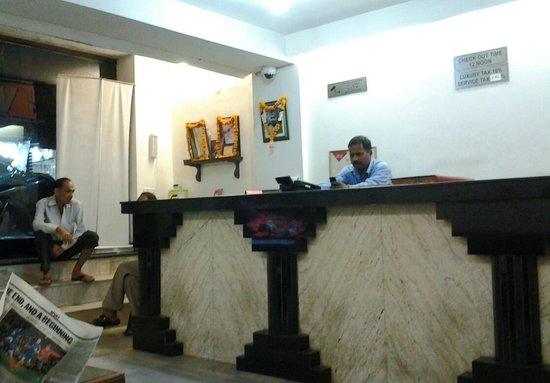 Vivek Hotel: Front Desk/Lobby